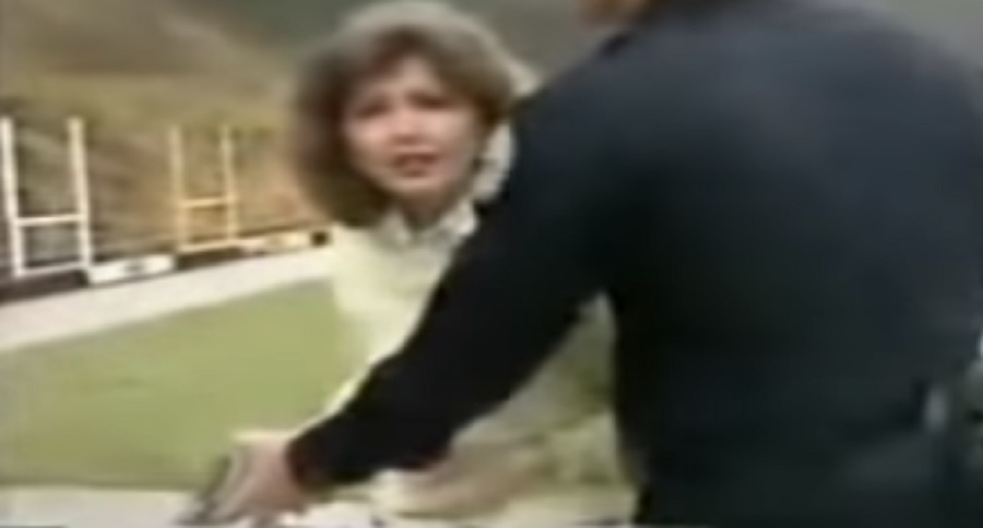 OLD SCHOOL NEWS REPORTER HAS NO CLUE ABOUT GUN SAFETY (FAIL VIDEO)